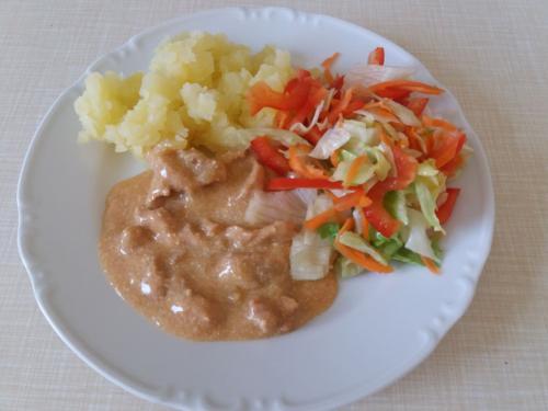 Krůtí ragú, brambor, zeleninový salát