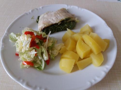 Rybí róláda sešpenátem, brembor, zeleninový salát