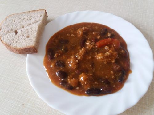 Mexické fazole smletým masem, chléb