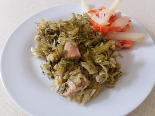 Zaapečené těstoviny skrůtím masem, zeleninový salát